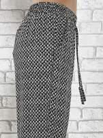 Czarne zwiewne spodnie alladynki w drobny wzór geometryczny                                  zdj.                                  6
