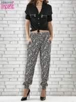 Czarne zwiewne spodnie alladynki we wzór paisley                                  zdj.                                  4