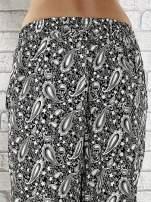 Czarne zwiewne spodnie alladynki we wzór paisley                                  zdj.                                  7