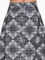 Czarno-biała rozkloszowa spódnica midi w ornamentowy wzór II                                  zdj.                                  5