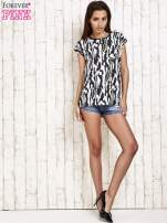 Czarno-biały t-shirt w abstract print z łezką                                                                          zdj.                                                                         2