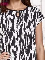 Czarno-biały t-shirt w abstract print z łezką                                                                          zdj.                                                                         5