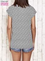Czarno-biały t-shirt w roślinny wzór z łezką                                  zdj.                                  4