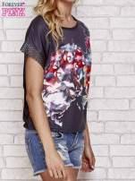 Czarny kwiatowy t-shirt ze skórzanymi rękawami