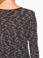 Czarny melanżowy sweter ze skórzaną lamówką przy dekolcie                                  zdj.                                  8