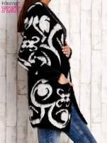 Biały otwarty sweter z kapturem