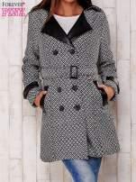 Czarny płaszcz ze skórzanym kołnierzem i paskiem                                   zdj.                                  1