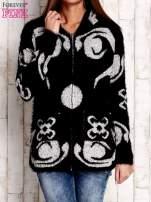 Czarny sweter long hair z ornamentowym motywem                                  zdj.                                  1