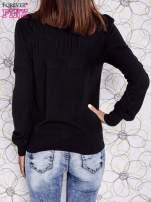 Czarny sweter z aplikacją i kokardą przy dekolcie