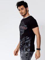 Czarny t-shirt męski z graficznym napisem                                  zdj.                                  3