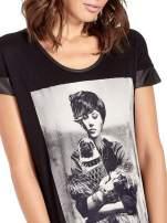 Czarny t-shirt z fotografią w stylu vintage i skórzanymi wstawkami przy rękawach                                  zdj.                                  5