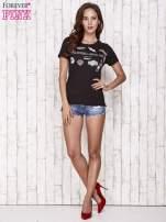 Czarny t-shirt z kolorowymi naszywkami i napisem                                                                          zdj.                                                                         2
