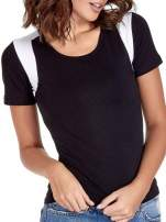 Czarny t-shirt z kontrastowym panelem na plecach