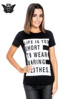 Czarny t-shirt z napisem LIFE IS TOO SHORT TO WEAR BORING CLOTHES
