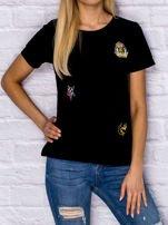 Czarny t-shirt z naszywkami                                  zdj.                                  1