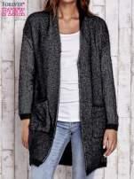 Czarny włochaty sweter z otwartym dekoltem