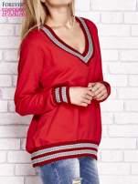 Czerwona bluza z dzianinowym wykończeniem                                  zdj.                                  3