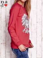 Czerwona bluza z godłem