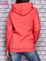 Czerwona bluza z kontrastowymi napisami i wykończeniem kaptura                                  zdj.                                  3