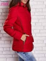 Czerwona kurtka zimowa ze skórzaną lamówką i futrzanym kapturem