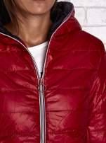 Czerwona ocieplana kurtka z kontrastowym wykończeniem kaptura                                                                          zdj.                                                                         6