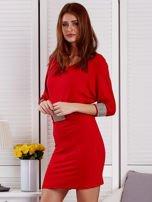 Czerwona sukienka koktajlowa z biżuteryjnymi wstawkami                                  zdj.                                  3