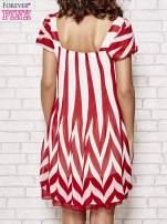 Czerwona sukienka w paski z bufiastymi rękawkami