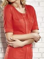 Czerwona sukienka z aplikacją na kieszeniach                                  zdj.                                  5