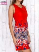 Czerwona sukienka z dekoltem na plecach