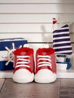 Czerwone ocieplane buciki dziecięce w wzór jodełki                                  zdj.                                  1