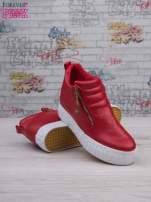 Czerwone skórzane buty slip on ze złotym suwakiem i napisem                                                                          zdj.                                                                         4