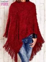 Czerwone włochate asymetryczne poncho