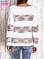 Czerwony puszysty sweter w kolorowe pasy                                                                          zdj.                                                                         4
