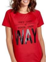 Czerwony t-shirt z napisem GET OUT OF YOUR OWN WAY