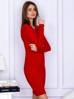Dopasowana sukienka z wiązanym dekoltem czerwona                                  zdj.                                  5