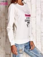 Biała bluza z napisem SMILE HAPPINESS LOOKS GORGEOUS ON YOU                                                                          zdj.                                                                         3