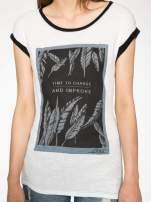 Ecru-czarny t-shirt z nadrukiem piórek zdobionych dżetami