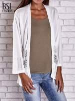 Ecru niezapinany sweter z ażurowym dołem i rękawami                                  zdj.                                  1
