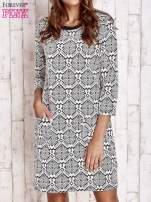 Ecru sukienka z graficznym wzorem i kieszeniami                                   zdj.                                  1