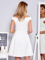 Ecru sukienka z odsłoniętymi ramionami                                  zdj.                                  2