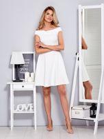 Ecru sukienka z odsłoniętymi ramionami                                  zdj.                                  4