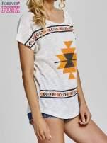Ecru t-shirt we wzory azteckie z dżetami                                                                          zdj.                                                                         3