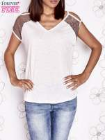 Ecru t-shirt z ażurowymi rękawami cut out shoulder                                                                          zdj.                                                                         2