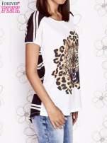Ecru t-shirt z brązowym zwierzęcym nadrukiem i pasiastym tyłem                                  zdj.                                  3