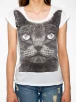 Ecru t-shirt z grafiką kota zdobioną dżetami