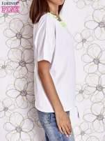 Ecru t-shirt z kolorowymi pomponikami przy dekolcie                                  zdj.                                  4