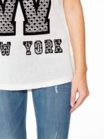 Ecru t-shirt z nadrukiem NEW YORK i koronkowym pasem na plecach                                                                          zdj.                                                                         7