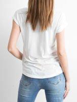 Ecru t-shirt z nadrukiem dziewczyny i napisem GORGEOUS HOLIDAY                                  zdj.                                  6