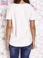 Ecru t-shirt z naszywką motyla i pomponami                                  zdj.                                  4