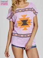 Fioletowy t-shirt we wzory azteckie z dżetami                                                                          zdj.                                                                         1